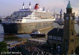Queen Mary 2 (345m) beim Werftbesuch