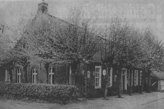 """Die """"Gastwirtschaft G. Meinders"""" gleich neben dem Heuweg, wie sie noch bis zum Jahre 1958 aussah"""