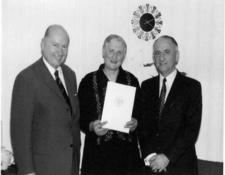 Überreichung der Urkunde im November 1971