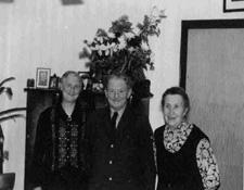 Henriette Meinders mit dem Zusteller Christian Feldmann und Catharina Damm als Vertreterin