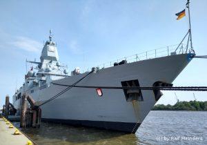 Fregatte Hamburg (143m) in ihrer Patenstadt