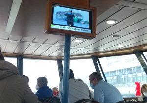 Werbung auf einer Hafenfähre
